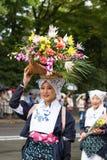 有花的美丽的女孩- Jidai Matsuri 免版税库存图片