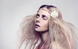 有花的美丽的妇女 图库摄影