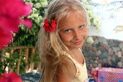 有花的美丽的小女孩在她的头发 库存照片