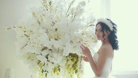 有花的美丽的新娘在婚礼组成 影视素材