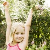 有花的美丽的无忧无虑的十几岁的女孩 免版税库存照片