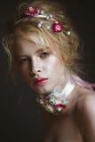有花的美丽的白肤金发的时尚女孩在脖子和在她的头发,湿裸体构成 秀丽表面 图库摄影