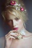 有花的美丽的白肤金发的时尚女孩在脖子和在她的头发,湿裸体构成 秀丽表面 免版税库存图片