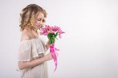 有花的美丽的白肤金发的春天女孩 免版税库存图片