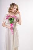 有花的美丽的白肤金发的春天女孩 免版税库存照片