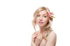 有花的白肤金发的女孩 免版税库存图片