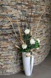 有花的美丽的白色花瓶在地板上在大厅里 库存照片