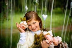 有花的美丽的笑的女孩 库存照片