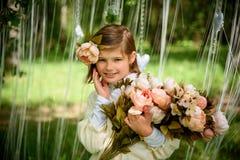 有花的美丽的笑的女孩 免版税库存照片
