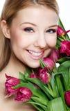 有花的美丽的金发碧眼的女人 库存照片