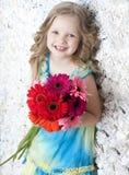 有花的美丽的长发女孩在颜色 库存图片