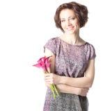 有花的美丽的年轻微笑的妇女 免版税库存图片