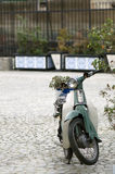 有花的老摩托车 库存照片