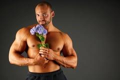 有花的肌肉人 免版税图库摄影