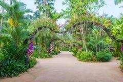 有花的花园大门 免版税库存照片