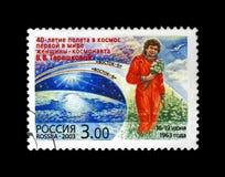 有花的苏联宇航员瓦莲京娜・捷列什科娃,空间的第1名妇女,蓝天,空间的第40周年, 库存图片