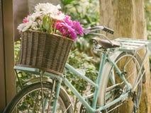 有花的葡萄酒自行车在篮子 库存照片