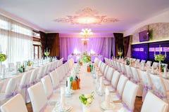 有花的装饰的婚姻的餐馆 免版税图库摄影