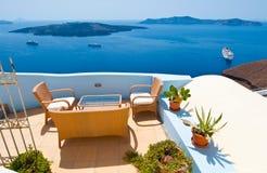 有花的露台在锡拉(圣托里尼),希腊海岛上的Fira  免版税库存图片