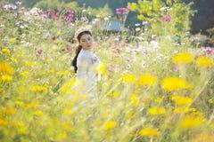 有花的领域的美女 免版税库存照片