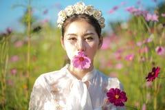 有花的领域的美女 图库摄影