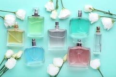 有花的香水瓶 免版税库存图片