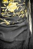 有花的黑佛拉明柯舞曲manton披肩 免版税库存照片