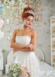 有花的年轻可爱的新娘 库存照片