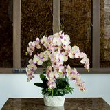 有花的玻璃花瓶,在婚礼的一件美丽的装饰品 免版税库存照片