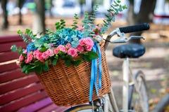 有花篮子的自行车在公园 免版税库存照片
