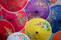 有花绘画的五颜六色的手工纸伞 普遍和著名泰国工艺品和纪念品 免版税库存照片