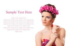 有花花圈的女孩在她的头的在白色背景 免版税库存图片