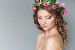 有花花圈的甜甜美丽的性感的女孩在他的头的有与秀丽构成软的桃红色嘴唇的光秃的肩膀的 库存图片