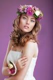 有花花圈的精妙的妇女  有卷曲的头发的典雅的夫人 免版税库存图片