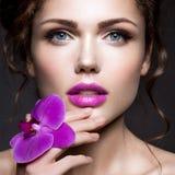 有花花圈的美丽的夫人  图库摄影