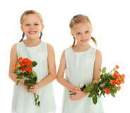 有花花束的两个女孩  库存图片