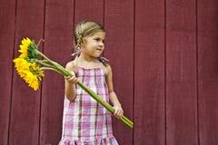 有花花束的女孩  免版税库存照片