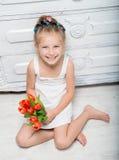 有花花束的小女孩  免版税库存照片