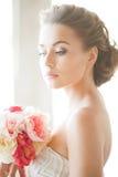 有花花束的新娘  免版税库存图片