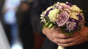 有花花束的新郎在婚礼之日 股票视频