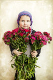 有花花束的美丽的女孩在演播室 免版税库存图片