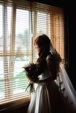 有花花束的美丽的新娘 库存照片