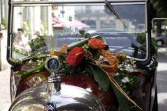 有花花束的葡萄酒雪铁龙露天汽车在帽子/敞篷的 库存照片