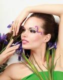 有花虹膜的美丽的妇女,被隔绝  免版税库存图片