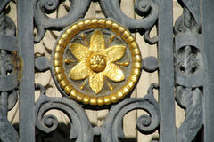 有花装饰品的金属篱芭 免版税库存照片