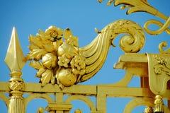 有花装饰品的金属篱芭 图库摄影
