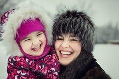 有花费时间的女儿的母亲在冬天公园 免版税库存图片