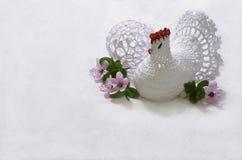 有花边的复活节彩蛋和有花边的复活节母鸡 免版税库存照片
