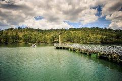 有花边的桥梁和圆的平台在大湖中反对天空 免版税库存图片