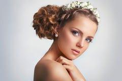有花饰的美丽的年轻新娘在她的头发 美丽面对她感人的妇女 青年时期和护肤概念在白色b 库存照片
